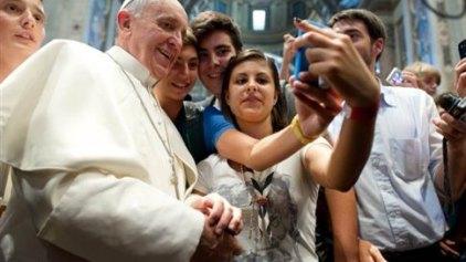 Η πρώτη πόζα «selfie» του Πάπα που κάνει το γύρο του Διαδικτύου