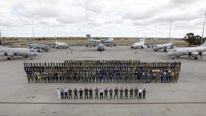 Φωτογραφίζονται... περήφανοι που δεν βρήκαν το Boeing!