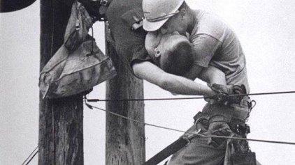 Το φιλί της ζωής στον εναερίτη, που χτυπήθηκε με 4 χιλιάδες βολτ!