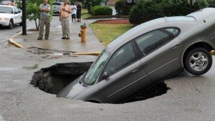 Η εκδίκηση ενός δρόμου: Τεράστια τρύπα κατάπιε αυτοκίνητο