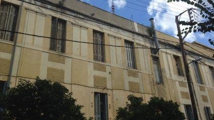 Το κτίριο...χορτάριασε! Ας πάρει ο δήμος μια πρωτοβουλία