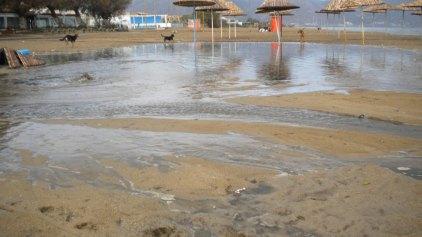 Γέμισε λύματα η παραλία!