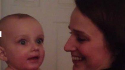 Η απίστευτη αντίδραση μωρού όταν είδε την δίδυμη αδερφή της μητέρας του