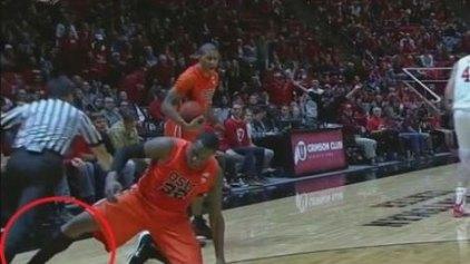 Τάκλιν σε διαιτητή σε αγώνα NBA (video)