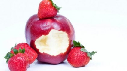 Μήλα και φράουλες «διώχνουν» τα κιλά της ηλικίας
