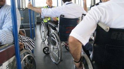 Δεν χάνουν το ΕΚΑΣ λόγω ηλικίας τα άτομα με αναπηρία