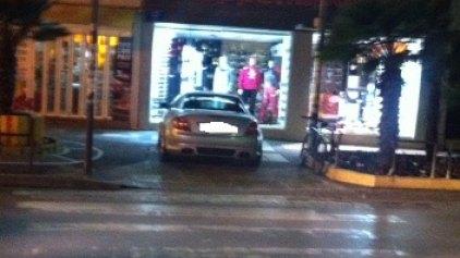 Κι όμως, μετέτρεψε το πεζοδρόμιο σε ... ιδιωτικό πάρκινγκ!