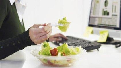«Τρώμε» 103.000 ευρώ σε όλη μας τη ζωή για φαγητό στο γραφείο