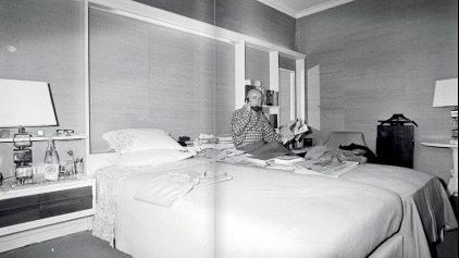 Ο Καραμανλής στο...υπέρδιπλο κρεβάτι του