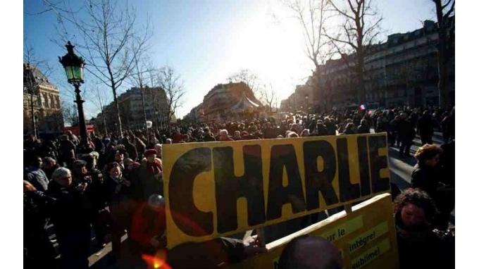 «Το Παρίσι είναι σήμερα η πρωτεύουσα του κόσμου»- Δείτε ζωντανά τη λαοθάλασσα στους δρόμους