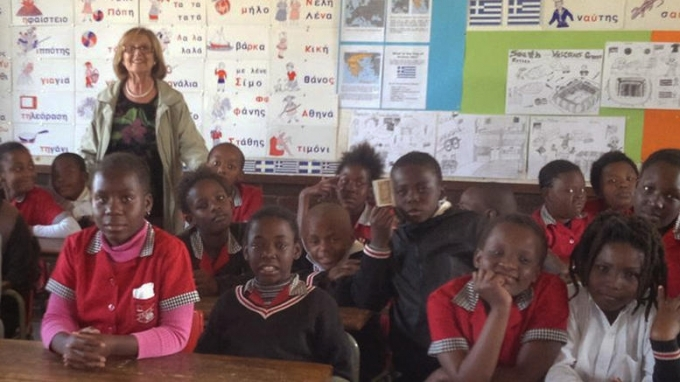 Η Ελληνίδα που διδάσκει επί τριάντα χρόνια Ελληνικά τα παιδιά της Ν. Αφρικής