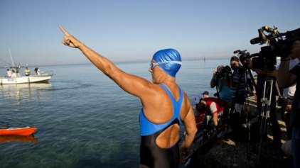 64χρονη κολύμπησε 110 μίλια αγνοώντας τους καρχαρίες!