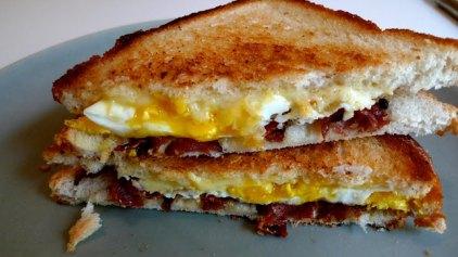 Γρήγορο Σάντουιτς με αυγό, μπέικον και τυρί