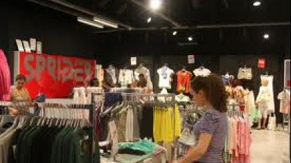 Aναστέλλεται η λειτουργία πολύ γνωστής αλυσίδας εμπορίας ρούχων