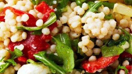 Καλοκαιρινή σαλάτα με ρόκα, ψητή πιπεριά και κουσκούς