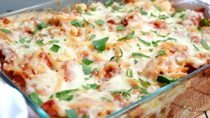 Κρητικό «παστίτσιο» με σπαγγέτι, λουκάνικα και κρητικά τυριά