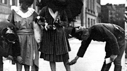 Αστυνομικοί με μεζούρες στους δρόμους για να μετρήσουν τις...γυναικείες φούστες!