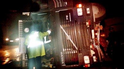 Νταλίκα παρέσυρε τρία αυτοκίνητα - Νεκρός ένας επιβάτης
