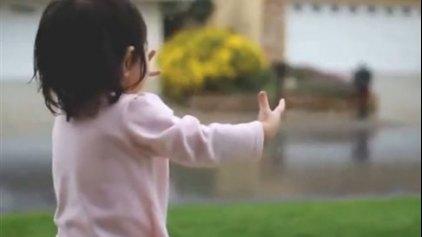 Σταγόνες ευτυχίας για μια πιτσιρίκα που ανακαλύπτει τη βροχή