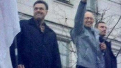 Ουκρανία: Ο ναζιστικός χαιρετισμός του νέου πρωθυπουργού Γιατσένιουκ