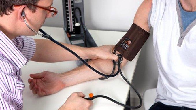Νέα στοιχεία ότι η αρτηριακή πίεση πρέπει να μετριέται και στα δύο χέρια