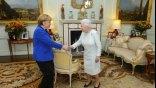 Η Μέρκελ υποκλίθηκε στην βασίλισσα Ελισάβετ, αλλά δεν γονάτισε