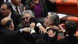 Τουρκία: Φωνές, μπουνιές και κλωτσιές -ξανά- στη Βουλή