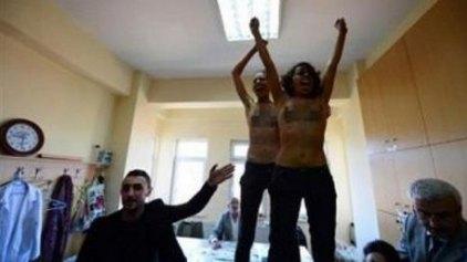 Γυμνόστηθη διαμαρτυρία των Femen και στην Τουρκία κατά Ερντογάν