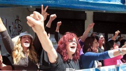 Διαμαρτυρία στη ΔΟΥ για τις απολυμένες καθαρίστριες