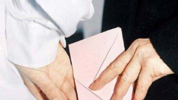 Συνελήφθη μαιευτήρας για «φακελάκι» 250 ευρώ