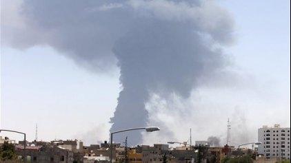Αναζωπυρώθηκε η πυρκαγιά σε δεξαμενές καυσίμων στην Τρίπολη