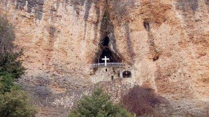 Μια Παναγιά στην άκρη του βράχου