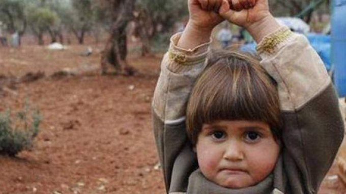 Τι απέγινε το κοριτσάκι που σήκωσε ψηλά τα χέρια στην κάμερα;