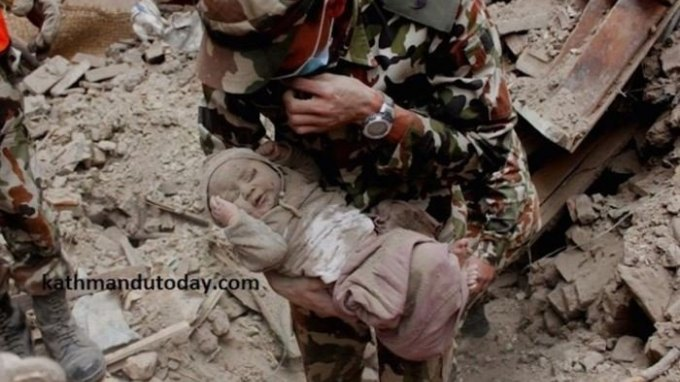 Συγκλονίζει η υπόθεση του βρέφους στο Νεπάλ που επέζησε 22 ώρες κάτω από τα χαλάσματα!