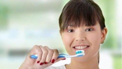 Πρώτα το βούρτσισμα ή το οδοντικό νήμα;