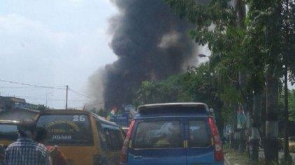Στρατιωτικό αεροσκάφος συνετρίβη σε σπίτια στην Ινδονησία
