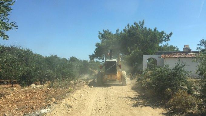 Καθαρίζουν τους αγροτικούς δρόμους