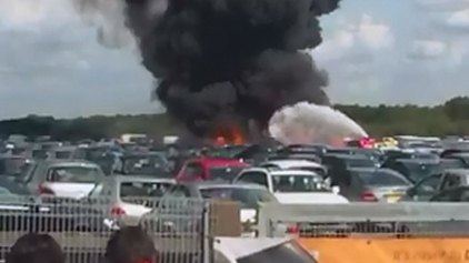 Αεροπλάνο έπεσε σε παρκαρισμένα αυτοκίνητα - Τρεις νεκροί