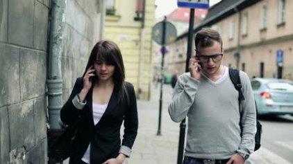 Γιατί όταν μιλάμε στο τηλέφωνο περπατάμε