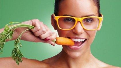 Οι τροφές που χαρίζουν φυσική λεύκανση στα δόντια
