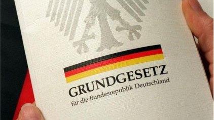 Το Σύνταγμα της Γερμανίας μεταφράζεται στα αραβικά για τους πρόσφυγες