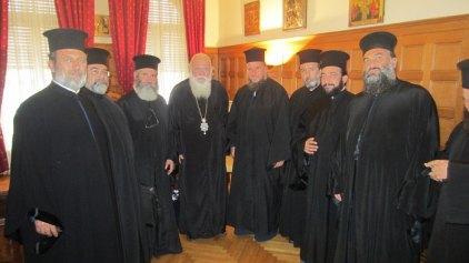Στον Αρχιεπίσκοπο Ιερώνυμο Κρήτες κληρικοί