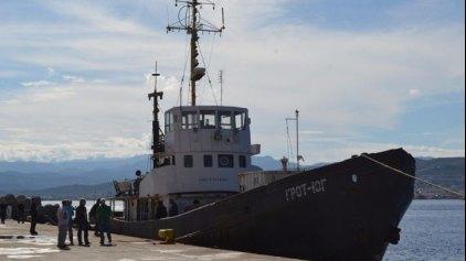 Μετράνε τις κούτες με τα λαθραία τσιγάρα που βρέθηκαν στα αμπάρια του πλοίου