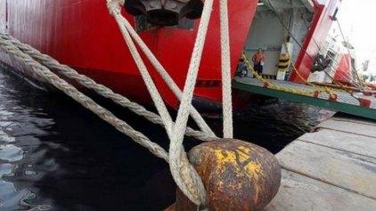 Μπλέχτηκαν οι άγκυρες των πλοίων στο λιμάνι