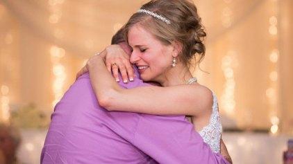 Νύφη που επέζησε από καρκίνο χορεύει με το δότη της