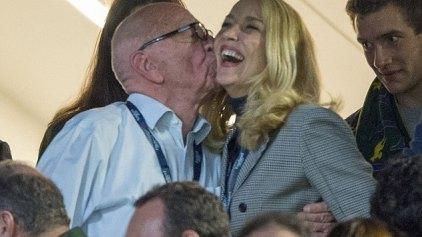 Τα καυτά φιλιά του Ρούπερτ Μέρντοχ στην Τζέρι Χολ