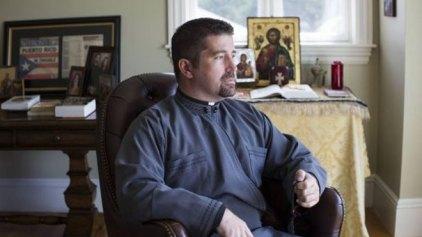 Ο ελληνορθόδοξος παπάς-χρηματιστής που μελετά τη Βίβλο, τον Μπάφετ και κερδίζει εκατομμύρια