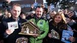 Ιταλία: Με φάτνες διαδήλωσαν κατά του διευθυντή που «κατάργησε» σχολική γιορτή για τα Χριστούγεννα
