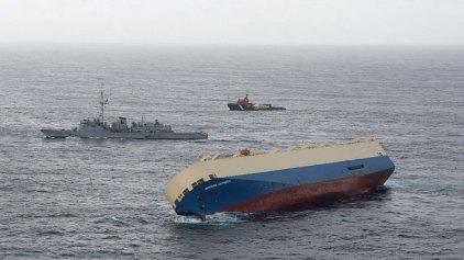 Φορτηγό-πλοίο πλέει ακυβέρνητο και μισοβυθισμένο προς τις γαλλικές ακτές