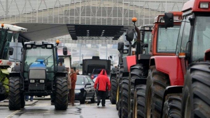 Οι αγρότες παραμένουν στο μπλόκο της Εξοχής
